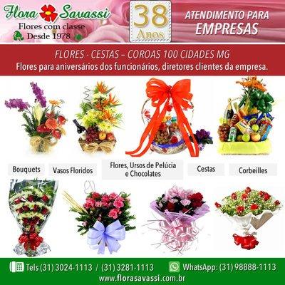 Arranjos florais, cesta de café e orquídea em Vila da Serra